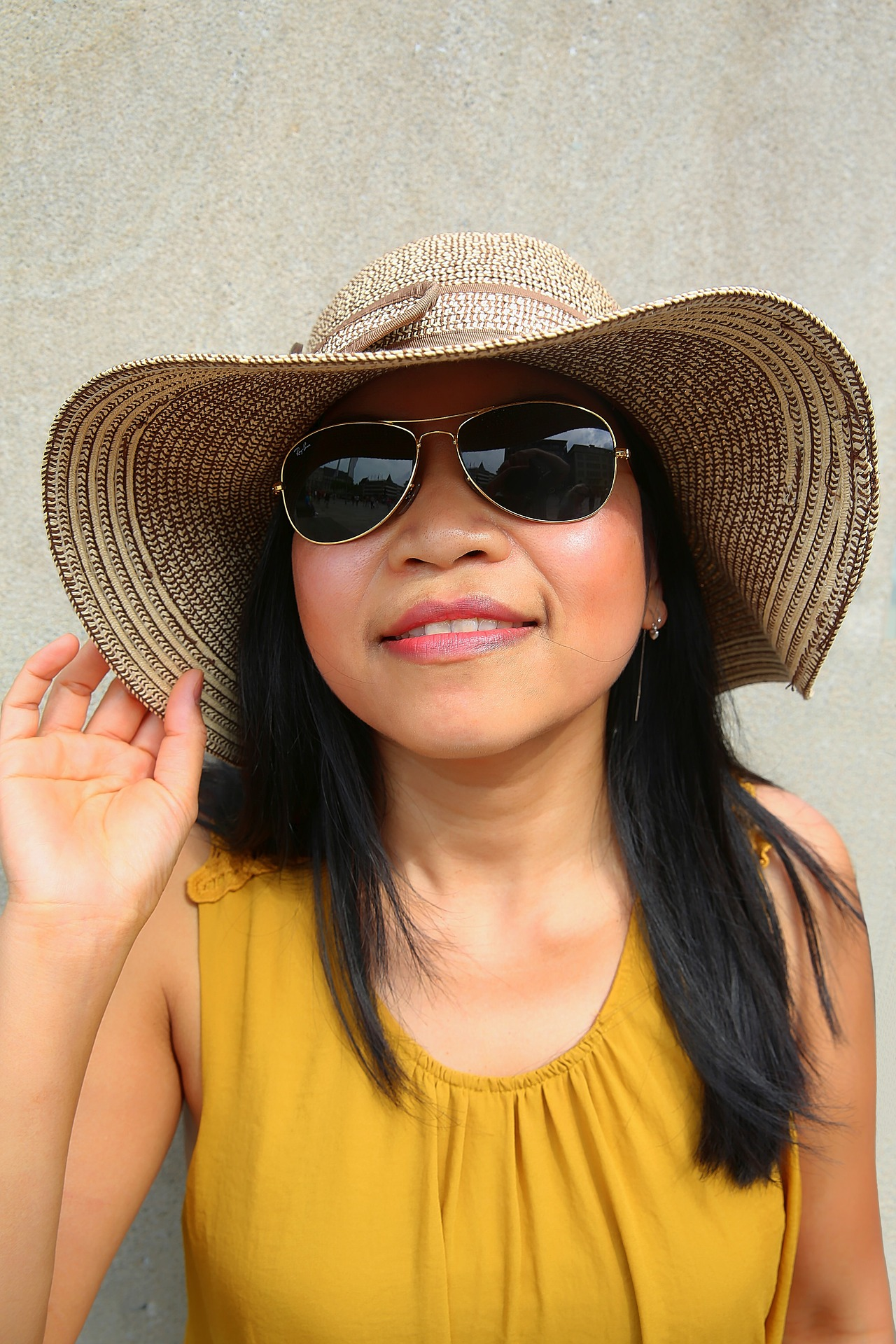 sunglasses,wide brimmed hat
